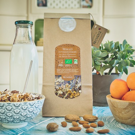 Crunchy and organic muesli in a refill pack