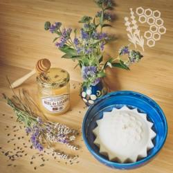 In einer handgefertigten Schale - Collection Mélitée - Lavendel Honig Kerze