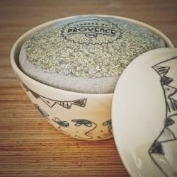 Dans un bol fait main - Collection Candide - Herbes bio pour grillade